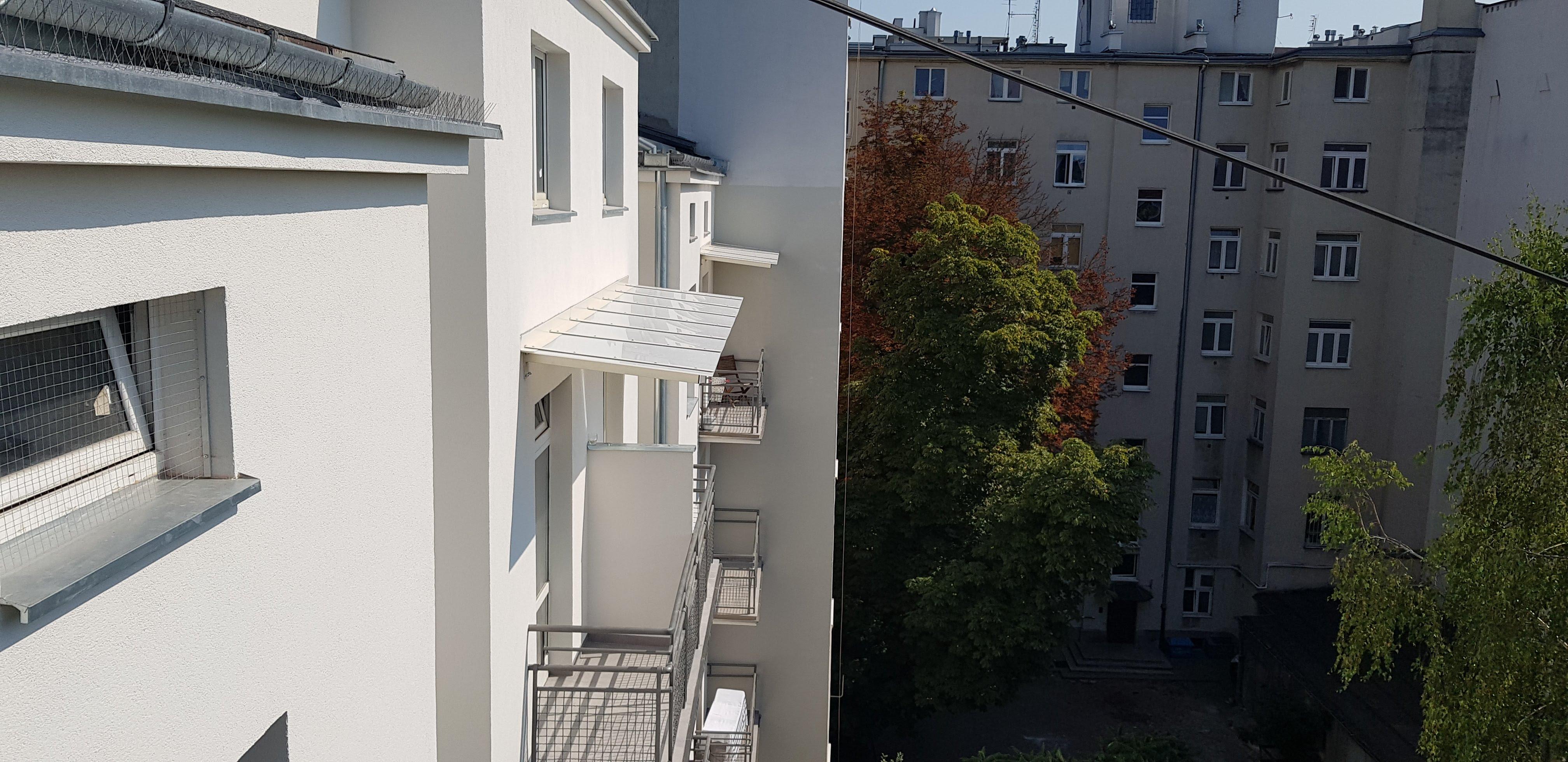 daszki stalowe montowane na budynkach